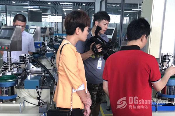 记者采访首饰设备车间