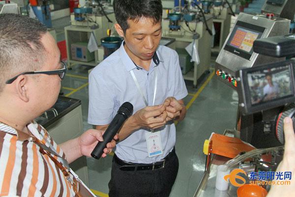 尚技公司总经理叶先生在接受记者采访